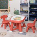 Homcom Conjunto de Mesa Infantil e 2 Cadeiras com Quadro Branco Multifuncional para Crianças Acima de 12 Meses 64,4x52x45,6 Vermelho Coral